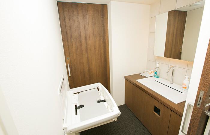 駐車場から待合室、診療室、そしてお手洗いまで全てバリアフリー、おむつ台も完備!